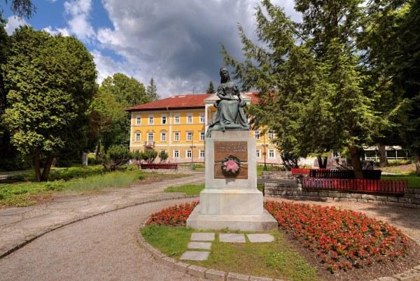 pamätník Sisi pred hotelom Alžbeta